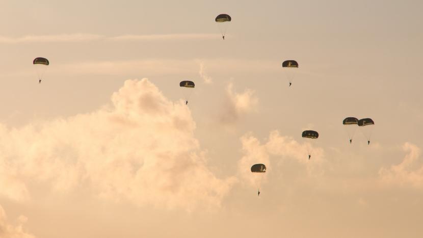 Paradropping van het Round Canopy Parachuting Team