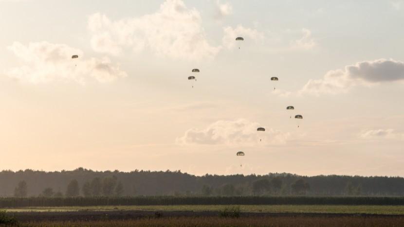 Parachutisten stellen geduld van publiek op de proef