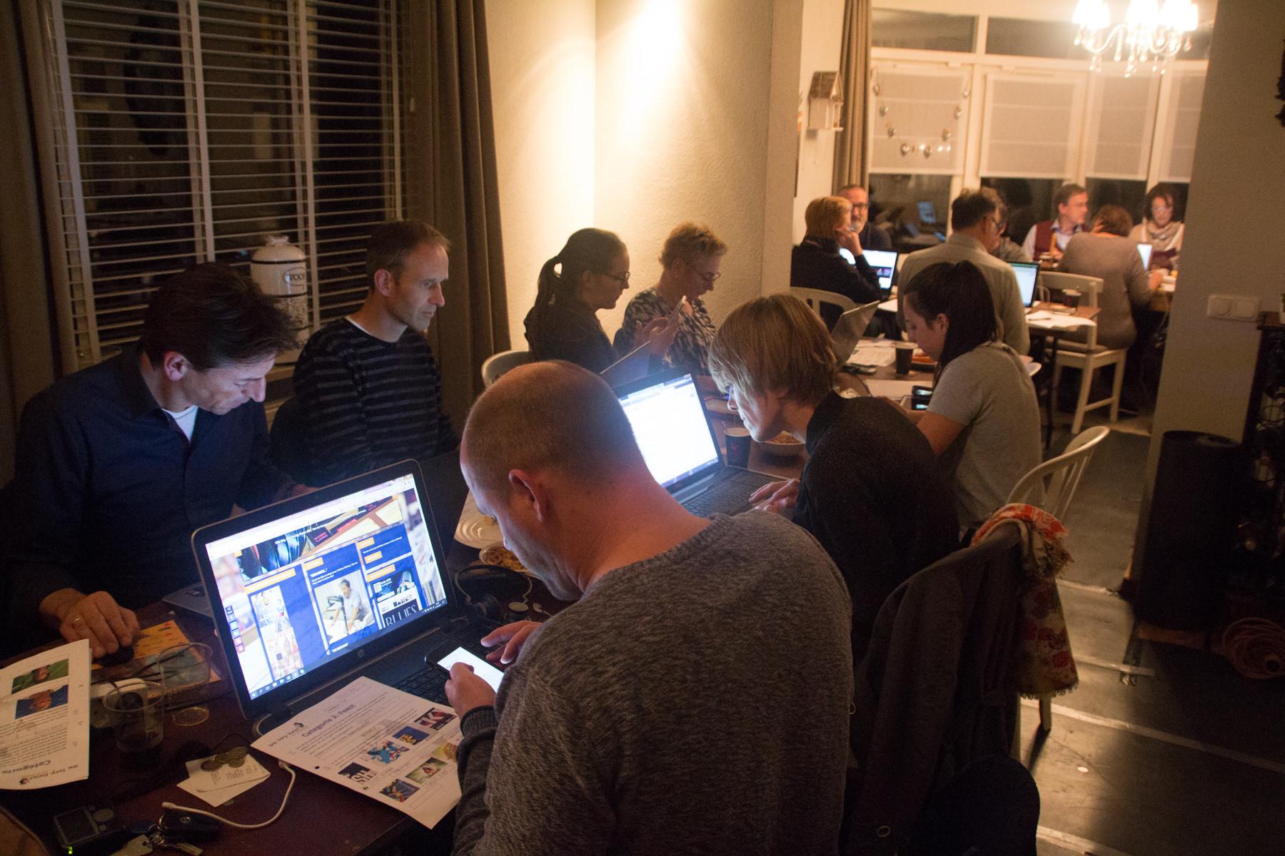 Deelnemers aan Ons Dorp Kwist achter hun laptops