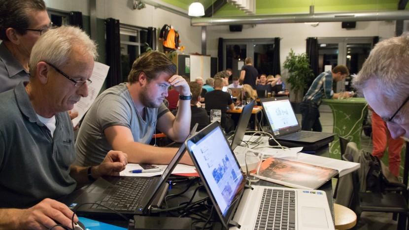 Deelnemers aan Ons Dorp Kwist in de kantine van SBC