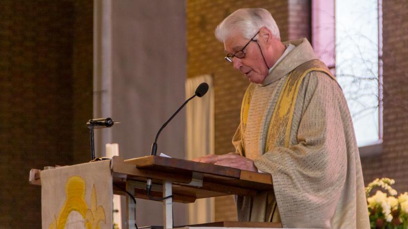 Pastor Pieter Bakermans tijdens de laatste mis in de Sint-Petrus' Bandenkerk