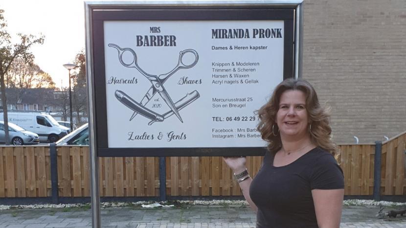 Miranda Pronk voor het bord van Mrs Barber