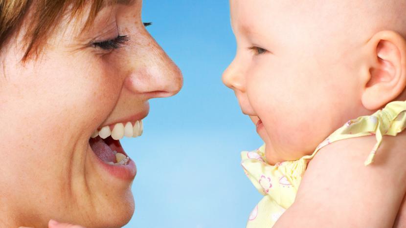 Moeder en kind lachen om muziek tijdens de Kinderboekenweek