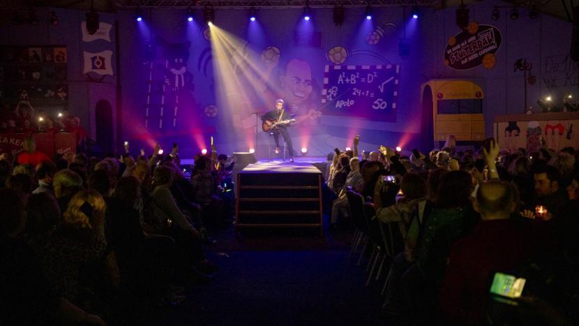 Aris Weel op het podium van de Zittingsavond