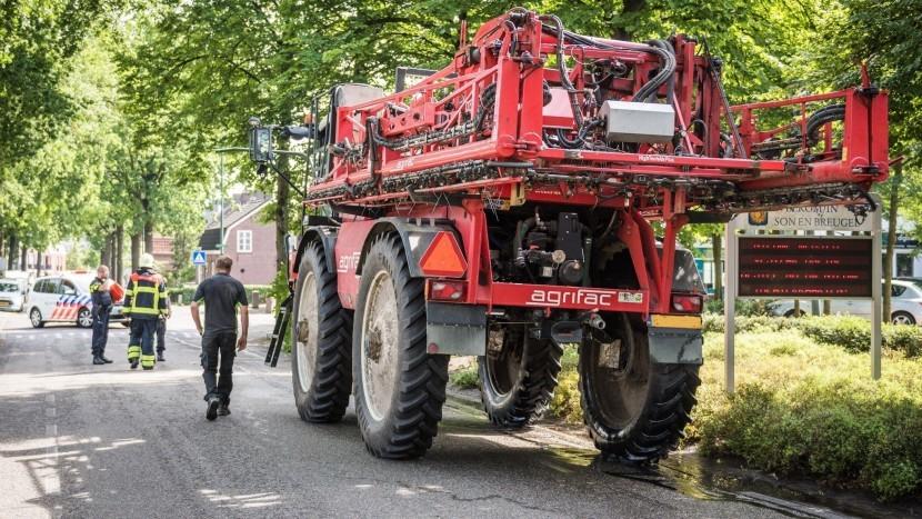 Landbouwvoertuig rijdt tegen lantaarnpaal en boom op Boslaan