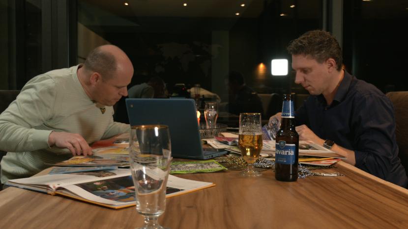 Arjen Brand en Ronald Brekelmans lezen 't Krutje ter voorbereiding op Ons Krutjesgat Kwist