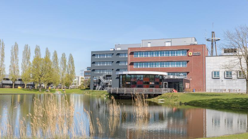 De achterkant van het Omroep Brabant gebouw