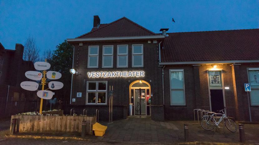 De lichtgevende letters 'Vestzaktheater' op de gevel van het Vestzak