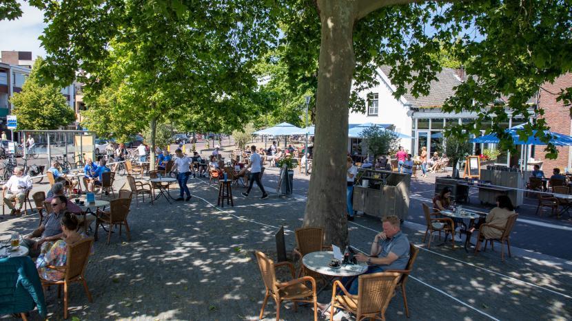 Het terras van café restaurant de Zwaan met ruime afstanden voor coronaregels