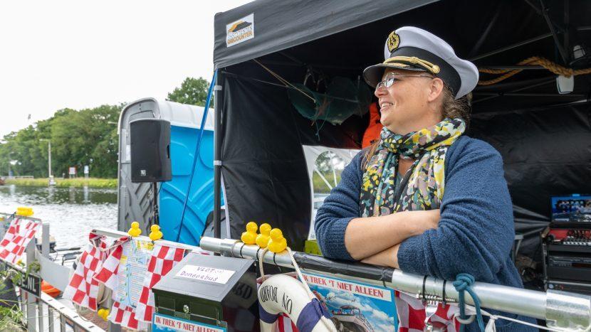 Nancy van Heeswijk op haar vlot om geld op te halen voor rondvaartboot de Waterengel