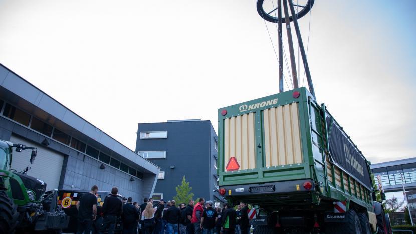 Tractoren en boeren op de stoep van Omroep Brabant op Ekkersrijt