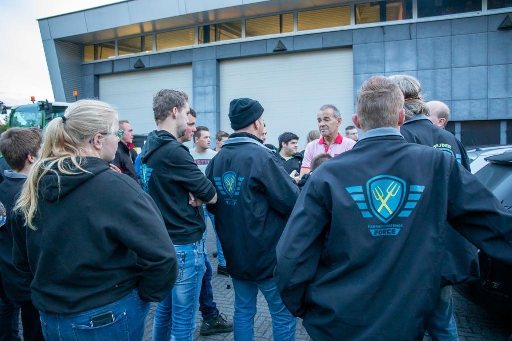 Boeren van Farmers Defense Force in gesprek met medewerkers van Omroep Brabant