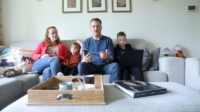 Remco Heeren en zijn gezin die klaarzitten voor Ons Dorp Kwist Thuis-Voor-De-Buis op de bank