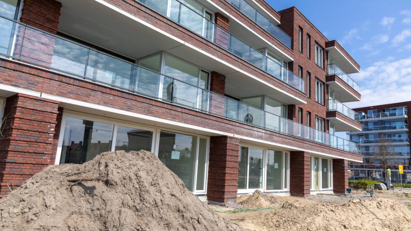 Nieuwbouwflat met sociale woningen langs het Wilhelminakanaal in Son en Breugel