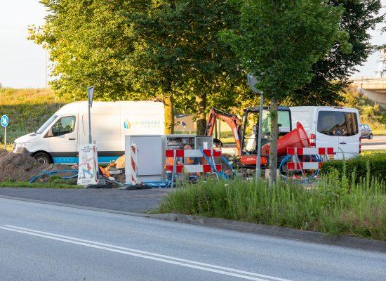 Medewerkers van Van Schijndel Installatie Techniek en Allinq repareren de schade aan een verdeelkast op Ekkersrijt