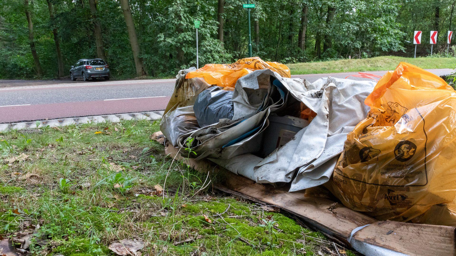 Opgeruimd afval uit het bos langs de Hoberglaan
