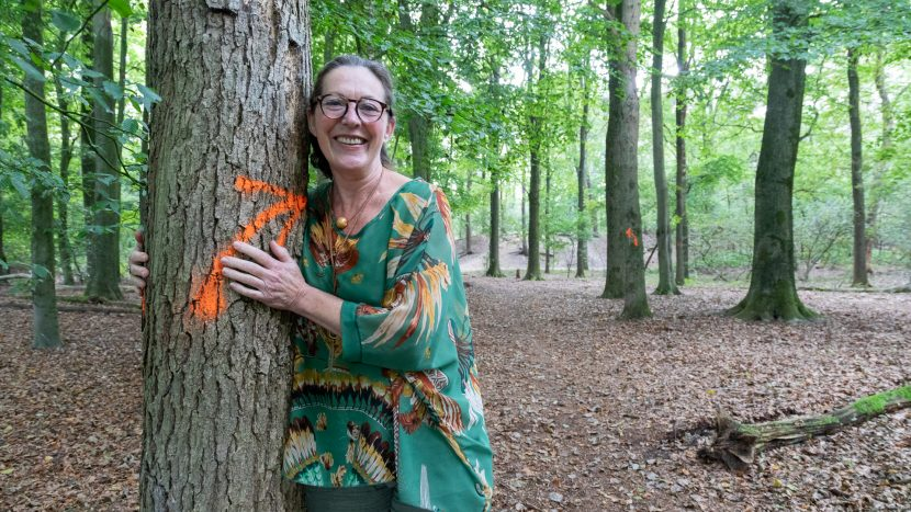 Yolanda Warmoeskerken naast een gebleste boom in de Sonse Bergen