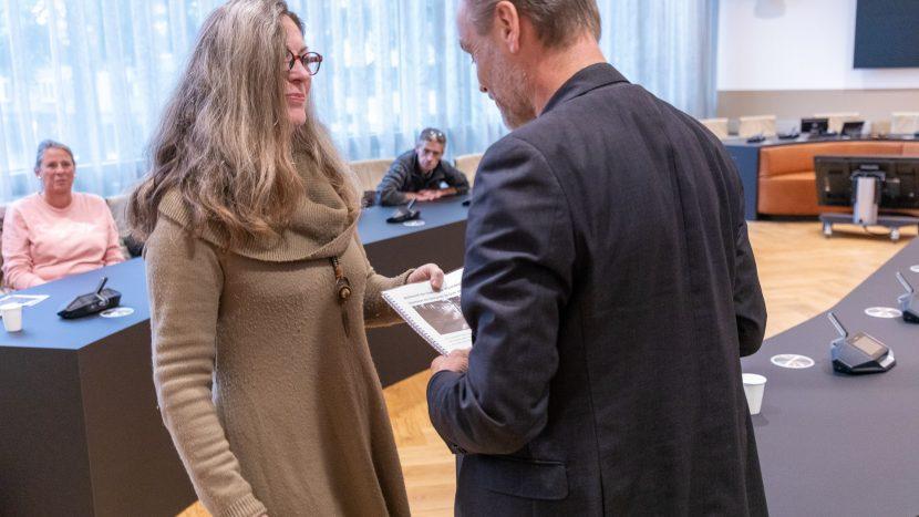 Yolanda Warmoeskerken overhandigt haar petitie aan wethouder Paul van Liempd