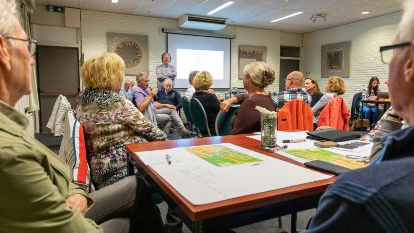 Buurtbewoners van de Hendrik Veenemanstraat in gesprek