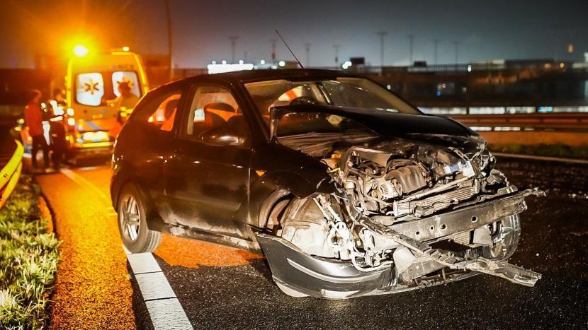 De uit de bocht gevlogen auto met flinke schade aan de voorzijde