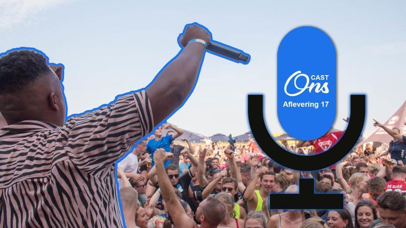 Dansado en de Feestneger voor het publiek van Beach Event Son met het logo van Onscast