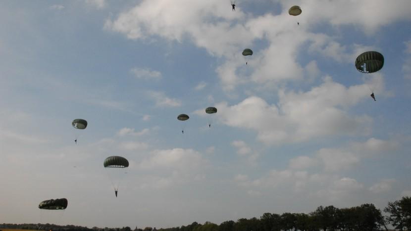 Herbeleef het parachutespringen tijdens de bevrijding op 15 september