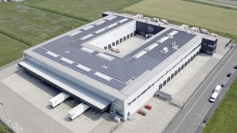 PostNL volop in de weer met zonnepanelen op distributiecentrum
