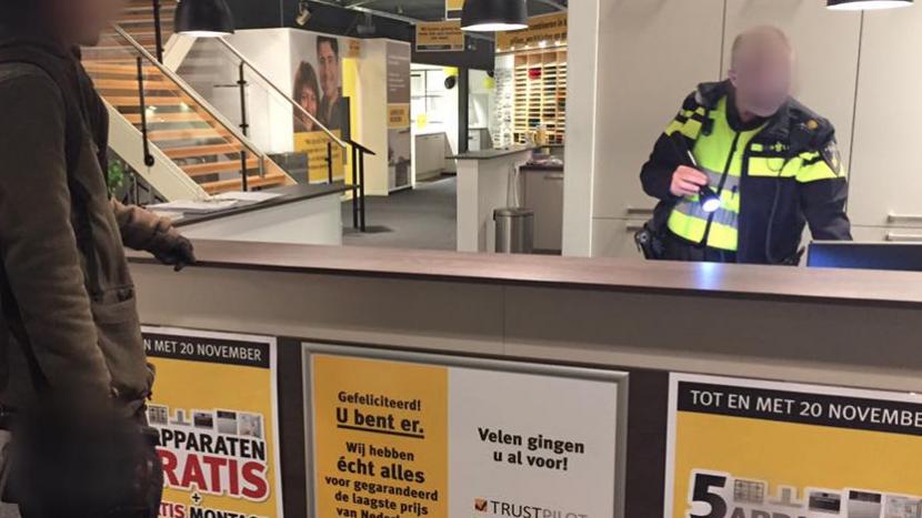 Keukenwinkel blijkt niet afgesloten, politie schiet te hulp