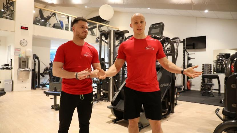 Personal trainers van Sonsport in een lege fitness