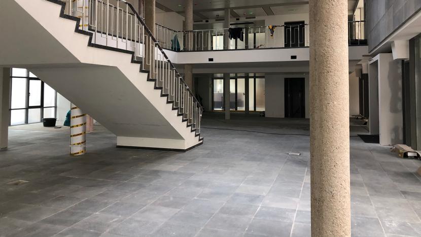 De hal van het gemeentehuis tijdens de renovatie