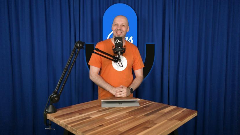 Presentator Rutger van der Heijden op de set van Onscast