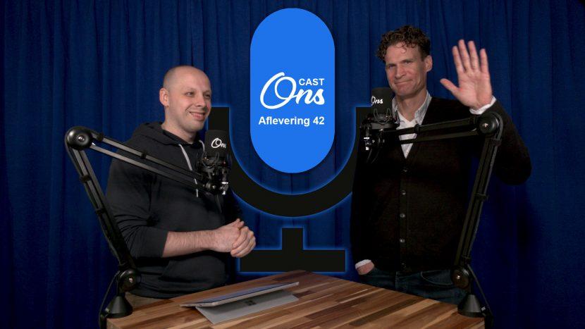 Presentator Rutger van der Heijden en huisarts Christian de Groot op de set van Onscast