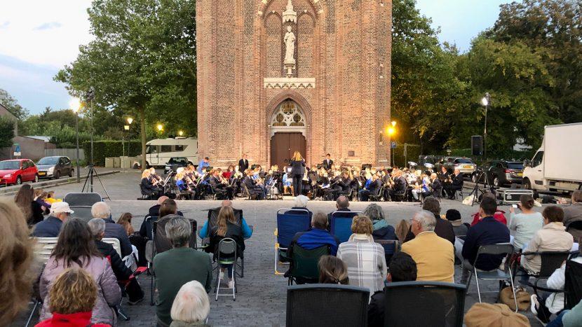 Harmonie Pro Honore Et Virtute op het Kerkplein tijdens het klapstoelenconcert