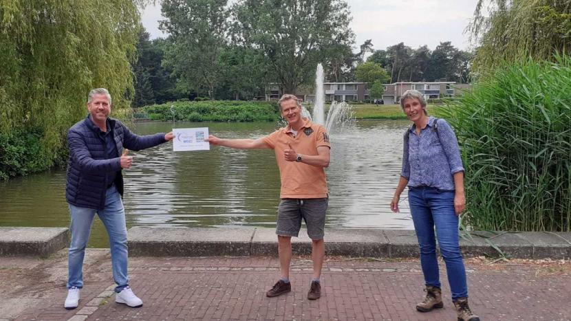 Patrick Wijns ontvangt de cheque van 150 euro van Bernard van Hal en Ineke van Uden