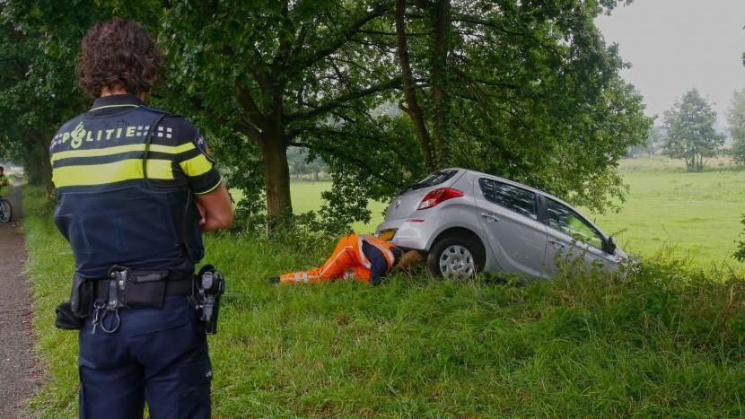 Beschonken bestuurder rijdt auto de bosjes in langs Wilhelminakanaal