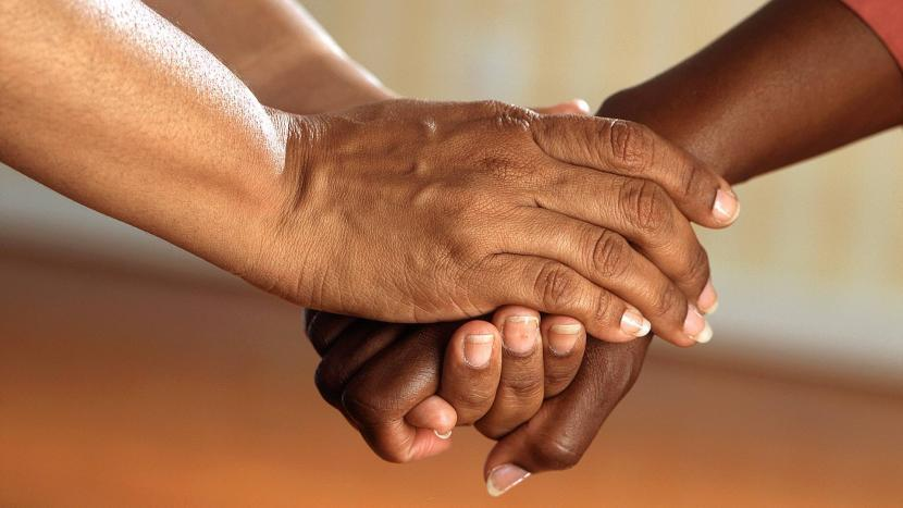 Twee paar handen die gerust stellen