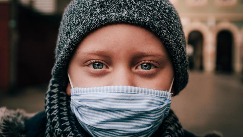 Kind met een mondkapje