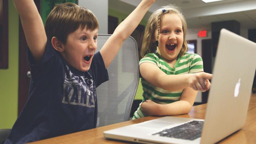 Kinderen juichen bij een computerspel