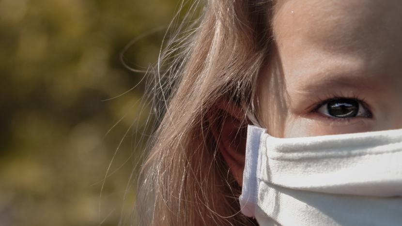 Aangezicht van een vrouw met mondkapje