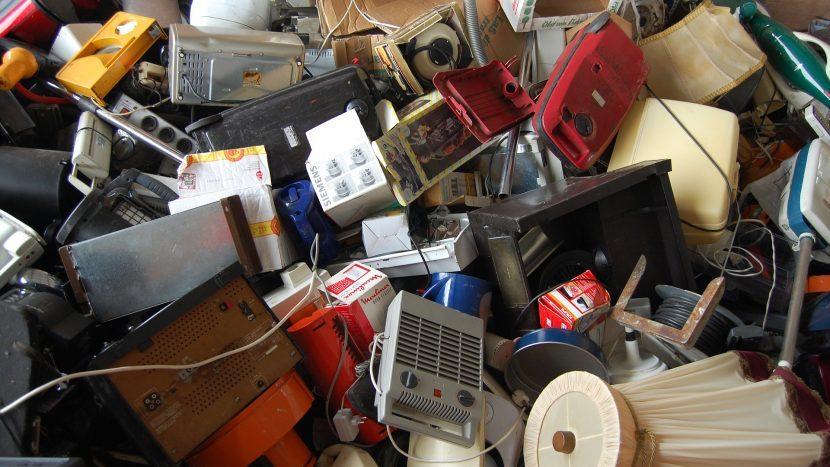 Een stapel e-waste