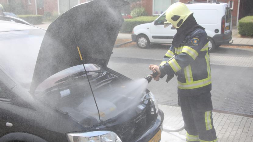 De brandweer rukte vanmiddag om 14:00 uur uit naar een kleien autobrand in de Kanaalstraat, maar stond hierbij voor een gesloten brug.
