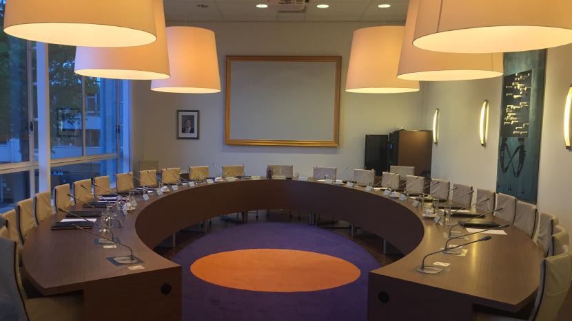 De raadstafel van de gemeenteraad in het gemeentehuis