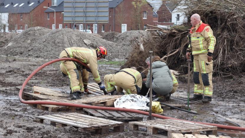 Brandweer bezig met het redden van een jongetje in drijfzand in Sonniuspark
