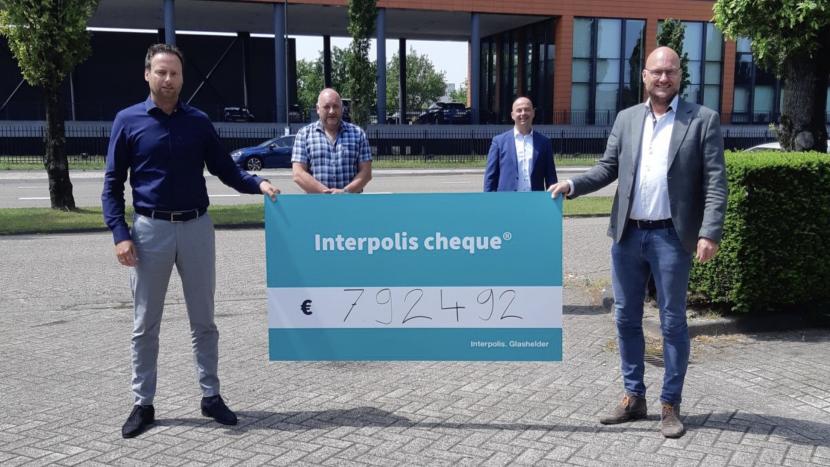 Vertegenwoordigers van SBBE en Rabobank/Interpolis bij het overhandigen van de cheque