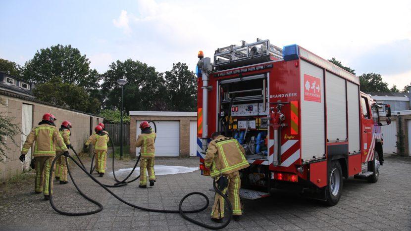 Brandweer rolt slang uit voor brand in Van Gentlaan