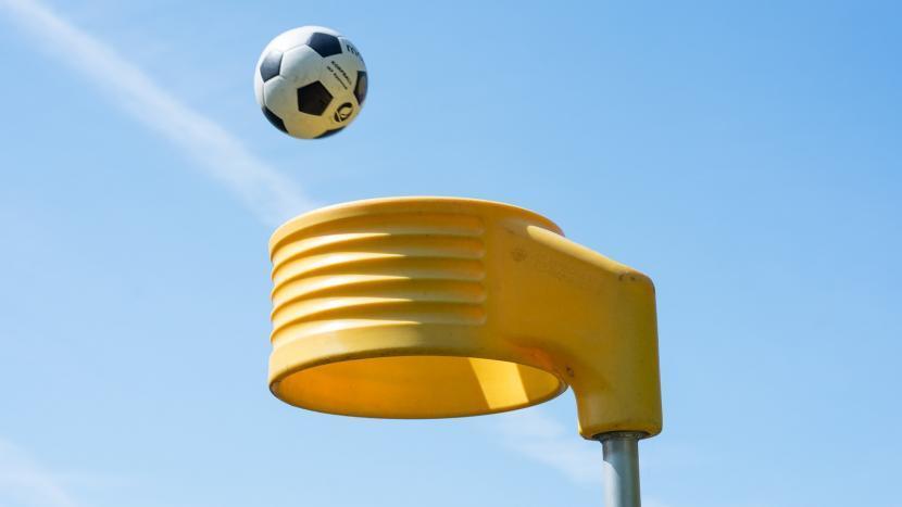 Een bal die door een korfbal korf wordt gegooid