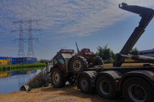 Vrijdag de dertiende: tractor en aanhanger belanden in vijver Ekkersrijt