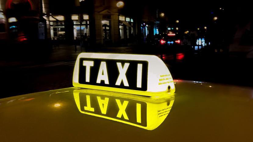 Verlicht taxibord op een taxi
