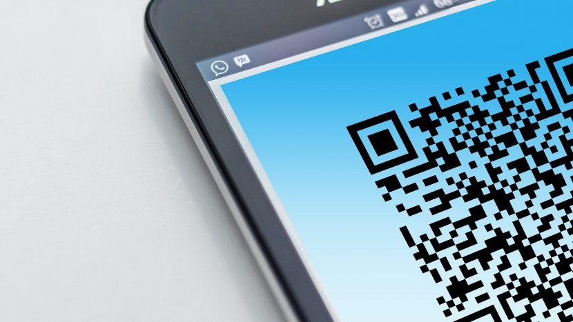 QR-code op een smartphone (geen echte CoronaCheck-app code)
