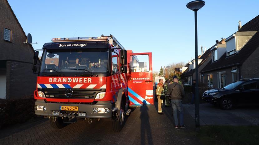 De brandweerwagen voor het huis aan de Oderlaan